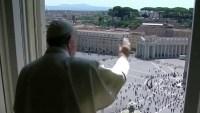 Feligreses vuelven a la plaza de San Pedro para la bendición papal