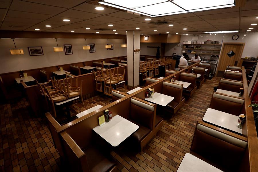 Sillas vacías en el Flame Diner de la calle 58 en Manhattan. Foto tomada el 16 de marzo. Crédito: EFE