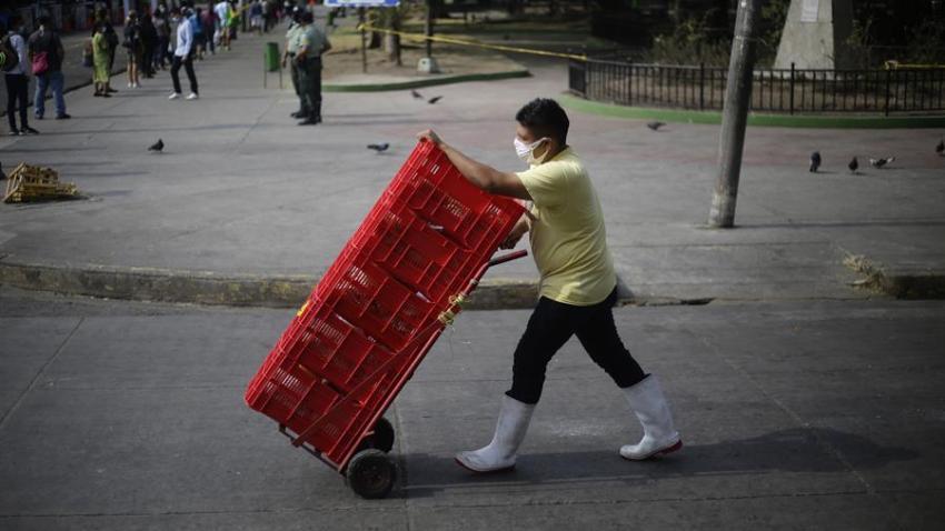 Un repartidor de alimentos camina este martes en Santa Tecla (El Salvador).
