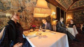 Fotografía cedida donde aparecen 2 mesas con dos parejas de maniquís mientras cenan en el Inn at Little Washington, un restaurante con tres estrellas Michelin situado en ese pequeño pueblo de Washington, Virginia (EE.UU.). EFE/Inn at Little Washington