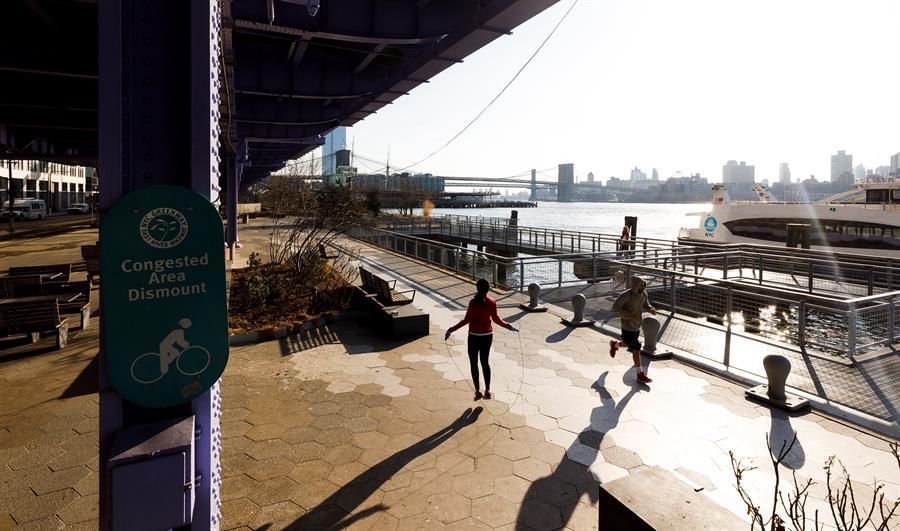 Personas haciendo ejercicios en el East River. Foto tomada el 18 de marzo. Crédito: EFE