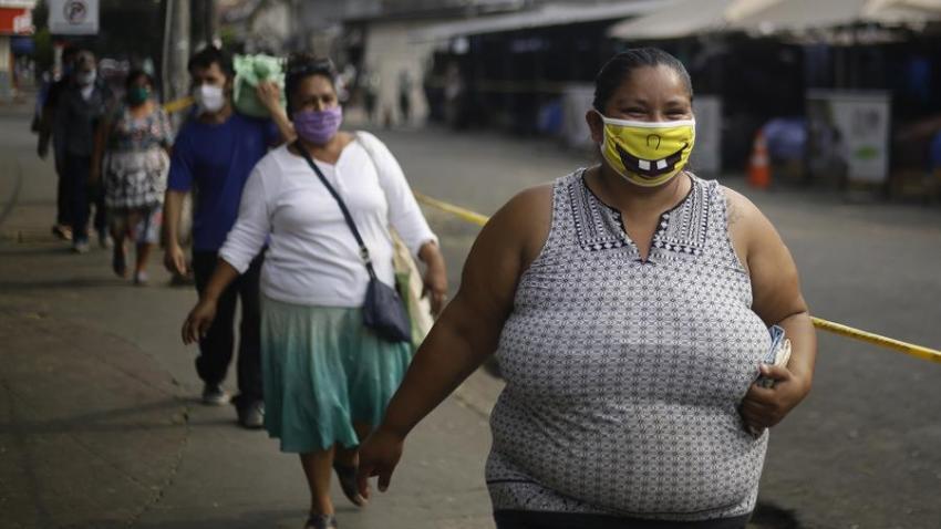Ciudadanos hacen fila para ingresar al mercado municipal de Santa Tecla (El Salvador).