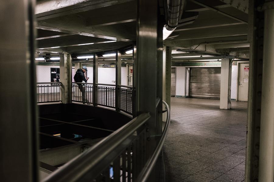 Un hombre en la estación del subway de Times Square. Foto tomada el 17 de marzo. Crédito: EFE