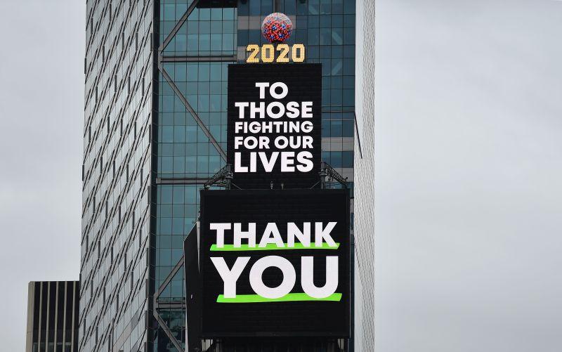 Fotos: Times Square brilla con gratitud hacia trabajadores esenciales