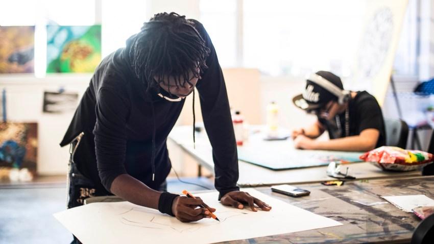 Adolescente en el aula de clases leyendo un papel