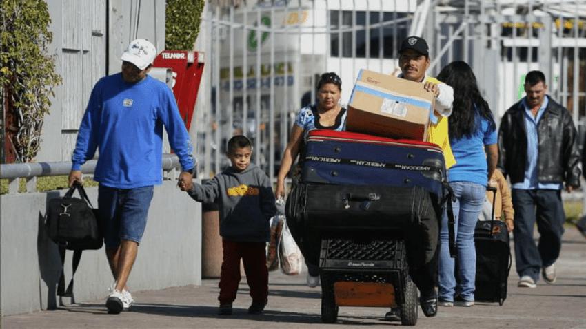 TLMD-Mexico-familia-cruza-frontera-entre-tijuana-baja-california-EFE-11274262w