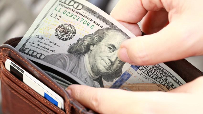 TLMD-billete-100-dolares-dinero-billetera-cartera-shutterstock_383513830