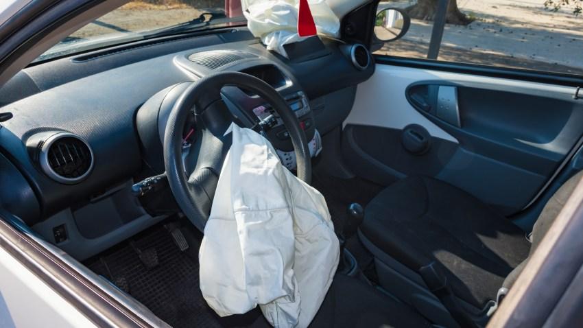 Interior de un auto estrellado después del accidente con bolsas de aire desinfladas.