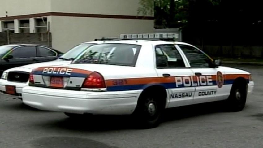 TLMD-nassau-policia-patrulla-estacionada-calle