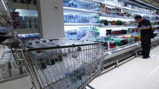 Botellas de plástico en un supermercado.