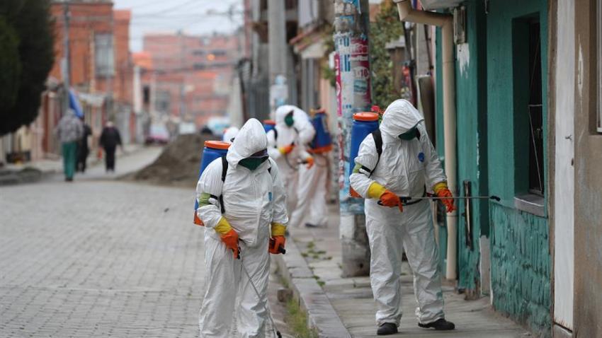 Trabajadores de aseo de la ciudad de El Alto (Bolivia), realizan hoy la fumigación de las fachadas de las casas y calles durante la emergencia sanitaria para evitar la propagación del coronavirus. En Bolivia ya son catorce fallecidos y 194 casos confirmados por COVID-19.