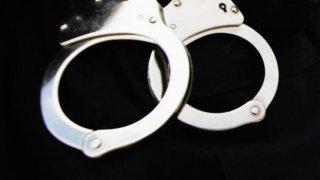 Esposas-arresto-foto-de-archivo