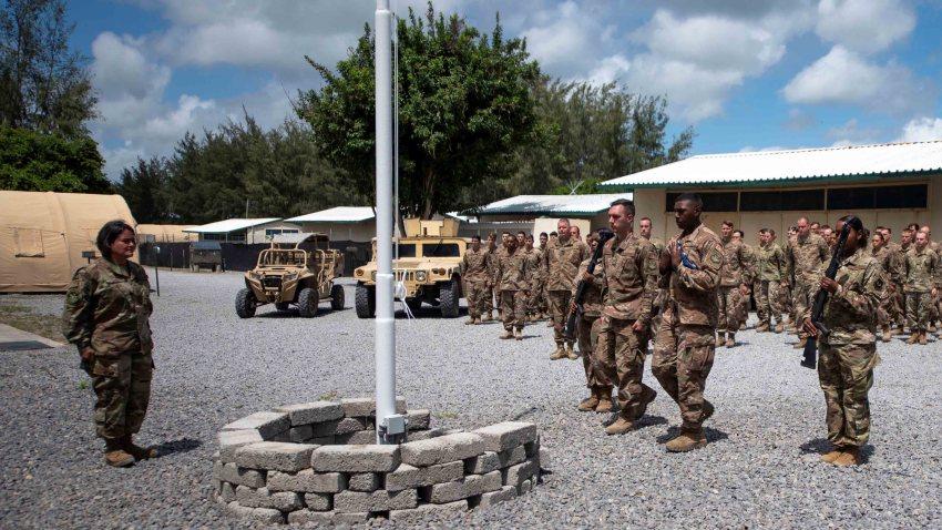 Imagen facilitada hoy por la Fuerza Aérea de EEUU, de una ceremonia de izado de bandera de los aviadores asignados al 475o Escuadrón de la Base Aérea Expedicionaria en Camp Simba, Kenia