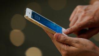 manos-tocando-iphone-generica