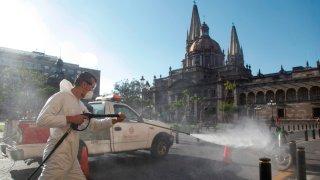 Sanitizan espacios en Guadalajara