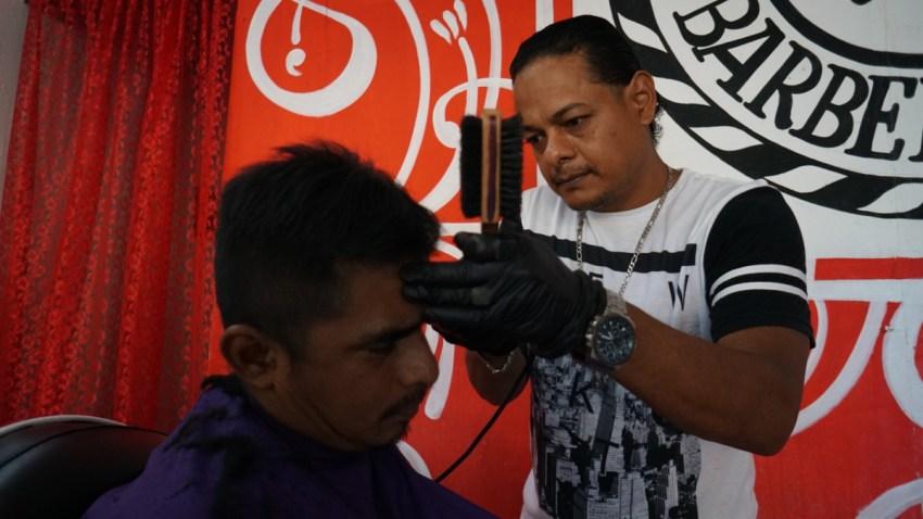 Peluquero hondureño se queda en México