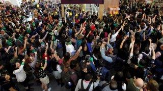 Mujeres protestan en la Fería del Libro de Guadalajara.