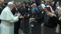 Video: el Papa besa a una monja y le pide que no lo muerda
