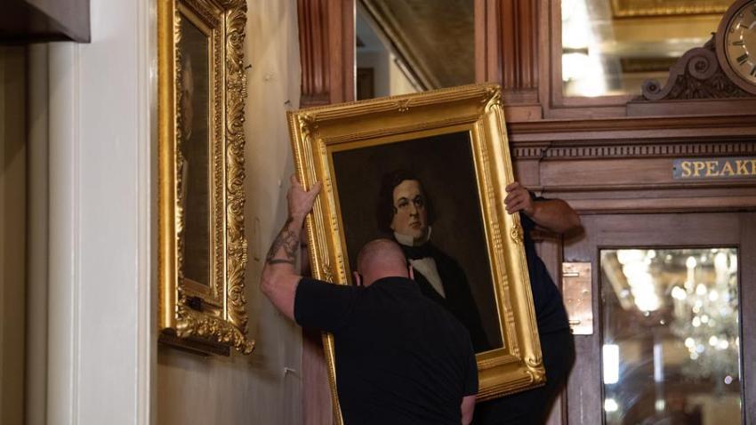Funcionarios remueven una pintura de Howell Cobb, de Georgia, del Capitolio, sede del Congreso de EE.UU., este 18 de junio de 2020. EFE/Graeme Jennings