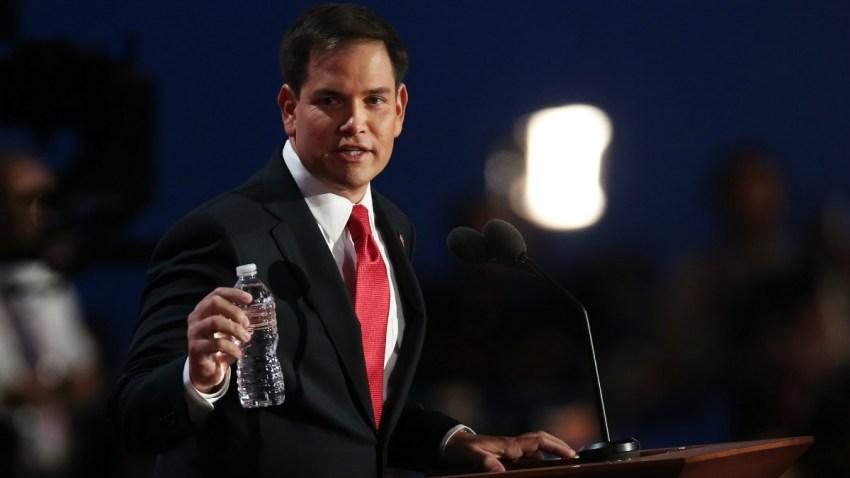 republicano-Marco-rubio-botella-de-agua-agosto-30-2015-GettyImages-151014706
