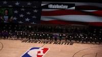 Jugadores, árbitros y entrenadores se arrodillan durante himno nacional en reinicio de temporada de la NBA