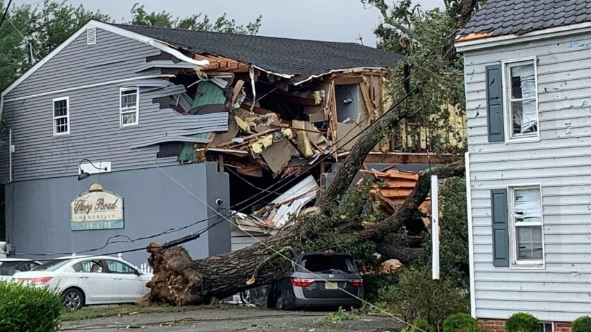 Un edificio fue destruido debido a la caída de un árbol sobre él después de que Isaias arrasó la ciudad de Mamora, en el sur de Nueva Jersey, el martes.