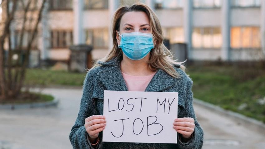 """Mujer con cubrebrocas y un letrero en sus manos que dice """"perdí mi empleo"""""""