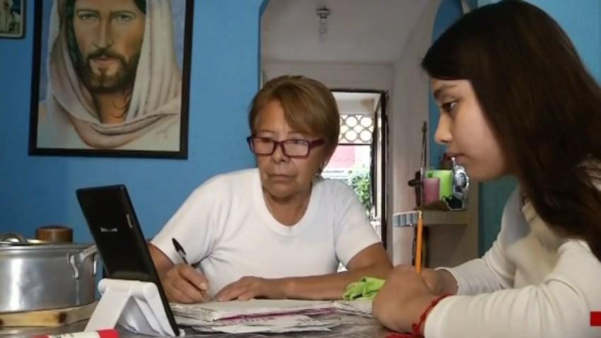 Abuela toma clases en línea junto a su nieta