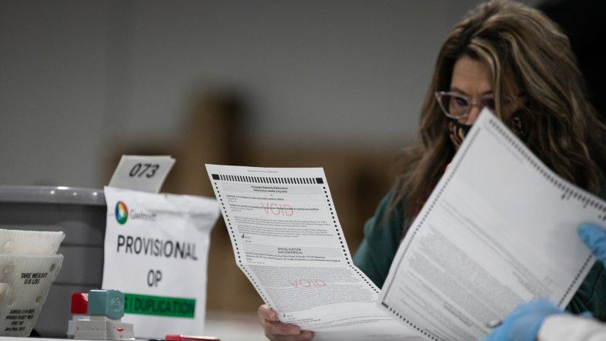 Una funcionaria revisa una boleta provisional en Georgia.