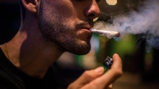 Fotografía de archivo de un hombre fumando marihuana.