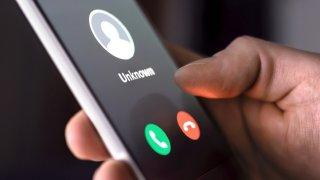 El FBI advierte al público sobre los estafadores de 'secuestro virtual'