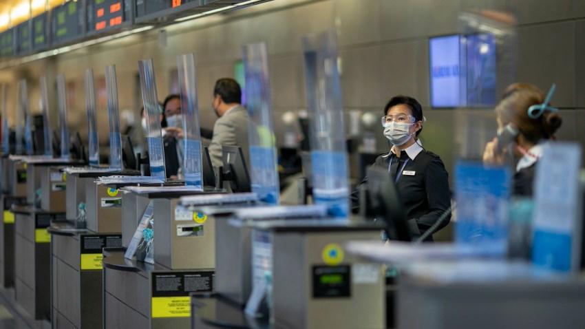 Los CDC recomienda que si decide viajar, se hagan pruebas diagnósticas de COVID-19 antes y después de su viaje.