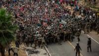 """Con """"muro"""" de soldados y gases lacrimógenos: Guatemala detiene a caravana de migrantes"""