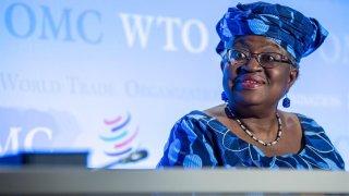 La nigeriana Ngozi Okonjo-Iweala fue elegida este lunes como directora general de la Organización Mundial del Comercio (OMC), por lo que se convertirá en la primera mujer al frente de este organismo, confirmó este en un comunicado.