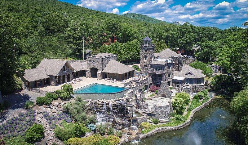 Ex astro de los Yankees Derek Jeter pone su asombroso castillo en NY a la venta