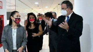 El canciller y la jefa de gobierno de Ciudad de México caminan con una comitiva