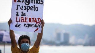 Un hombre levanta un cartel para exigir respeto a la libertad de expresión