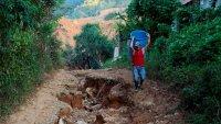 Quedó sepultada bajo escombros y lodo: aldea La Reina vuelve a surgir tras tormentas