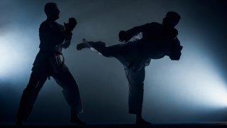 Imagen genérica de archivo de la silueta de dos hombres practicando artes marciales.