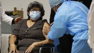 """Una mujer recibe la vacuna de la farmacéutica Sinovac contra la covid-19, en el Centro de Atención a Ancianos """"""""Sara Saldívar"""""""