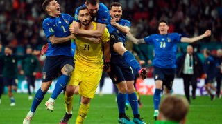 Futbolistas de Italia celebran el triunfo en la Eurocopa