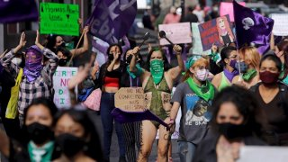 Feministas con pañuelos verdes exigen despenalizar el aborto