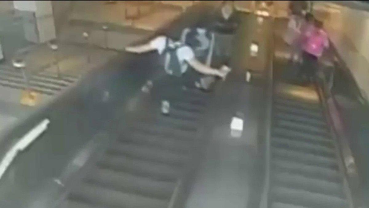Hombre patea a una mujer y la envía por las escaleras mecánicas en el metro  de Brooklyn – Telemundo New York (47)