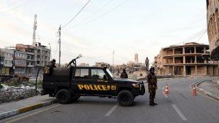 Vahículo policial impide el paso en una calle de Bagdad