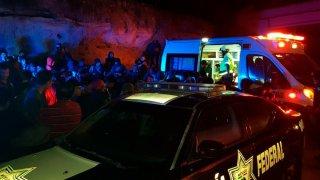 Personal de una ambulancia auxilia a migrantes en un accidente