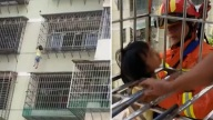 Inquietante video: niña queda colgando del cuello al escabullirse por la ventana