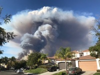 Incendios de maleza han consumido las laderas y amenazado a decenas de casas en toda California.