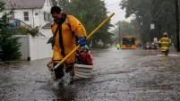 Las lluvias torrenciales dejaron calles convertidas en ríos desbordados, por lo que muchos conductores requirieron un dramático rescate tras quedar varados en...
