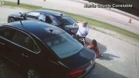 Una mujer se debate entre la vida y la muerte tras un violento robo en donde la mujer fue golpeada y arrollada por un auto.