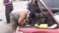 Con sus herramientas y buenas intenciones, un grupo de jornaleros salió al rescate de una mujer que tenía días varada en su auto, luego...
